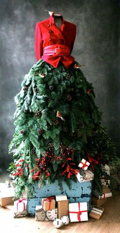 christmas dress The Fir Lady returns once again Mannequin Christmas Tree, Dress Form Christmas Tree, Christmas Window Display, Christmas Tree Hair, Christmas Windows, Christmas Swags, Xmas Trees, Burlap Christmas, Primitive Christmas