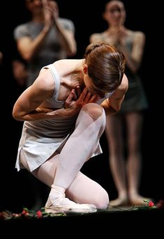 Darcy Bussell takes her final curtain call for her last performance 'Song of the Earth' at the Royal Opera House on June 8 2007 in London England Ballet Art, Ballet Dancers, Ballerinas, Princesa Tutu, Dance Movement, Curtain Call, Ballet Photography, Royal Ballet, Ballet Beautiful