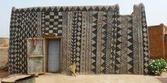 Dans le sud du Burkina Faso, un pays enclavé d'Afrique de l'ouest, près de la frontière avec le Ghana se trouve un petit village circulaire d'environ 1,2 hectares, appelé Tiébélé. Ce sont les maisons du peuple Kassena, un des plus anciens groupes ethniques qui se sont installés sur le territoire du Burkina Faso au 15ème siècle. Tiébélé est connu pour son incroyable architecture traditionnelle Gourounsi et pour les murs de ses maisons richement décorés.