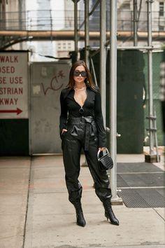 Teilnehmer der New York Fashion Week Spring 2020 - Street Fashion Source by aapfelhofer New York Street Style, Spring Street Style, Street Chic, Dope Fashion, Fashion Pants, Street Fashion, Fashion Trends, Swag Fashion, Fashion Outfits