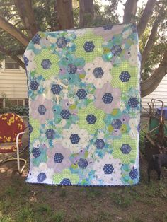 Made entirely from reclaimed bed linens! Giant hexagons arranged as flowers. Blue centers are free motion quilted in a pebble or bubble Quilting Tutorials, Quilting Projects, Quilting Designs, Crazy Quilt Stitches, Easy Quilt Patterns, Doll Quilt, English Paper Piecing, Couture, Hexagon Quilting
