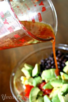 Sriracha Summer Salad #recipe — sweet corn mixed with black beans, ripe tomatoes, and creamy avocado, tossed with a quick and easy spicy Sriracha vinaigrette. (This recipe is #vegetarian, but can be made #vegan by using agave in place of honey.)