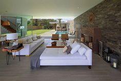 A Casa Mar de Luz é um belo projeto do arquiteto Oscar Gonzalez Moix. A casa tem o concreto como elemento principal, mas também incorpora alguns materiais coadjuvantes como a madeira e o bambu. A decoração contemporânea dá um ar chique para a c
