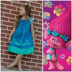 Vestido de funda de almohada de amapola trolls, por favor sepamos qué tamaño que usted necesita al realizar el pedido. Su pequeña princesa se verá absolutamente querida en este fabuloso vestido. ¡Esto es perfecto para primavera y verano! ¡Super cómoda! Nos encanta órdenes de encargo, pregunte! Asegúrese de que nos gusta en facebook.com/ColorMeSweetny Tamaños aproximados para los vestidos de la funda de almohada, el tamaño va por longitud. Estos cómodos vestidos pretenden llevarse suelto. ...