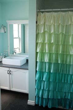 House of Turquoise: Bathroom _ How Quaint it looks, with that ruffled shower curtain! Ombre Shower Curtain, Ruffle Shower Curtains, Ombre Curtains, Closet Curtains, House Of Turquoise, Cortina Box, Turquoise Bathroom, Bathroom Colors, Bathroom Ideas