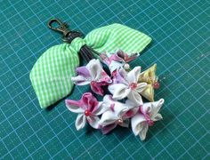 Tutorial Beaded Flowers, Fabric Flowers, Music Crafts, Flower Tutorial, Cloth Bags, Flower Crafts, Fabric Crafts, Swatch, Diy And Crafts