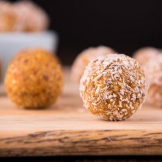 4 ingredient carrot cake bliss balls - you could do this with walnuts, carrots, dates, cinnamon. Delicious Vegan Recipes, Raw Food Recipes, Snack Recipes, Diabetic Recipes, Diet Recipes, Paleo Treats, Vegan Snacks, Superfood, Raw Carrot Cakes
