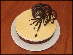 Entremet : biscuit chocolat, insert gélifié fraise, mousse chocolat blanc, nappage blond, décors en chocolat.