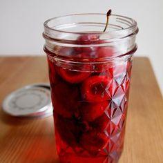 アメリカンチェリーの果実酢。こちらは、材料を弱火で煮て作ります。果実酢作りに慣れてきたら自分好みに分量を変えてより飲みやすくしましょう♪