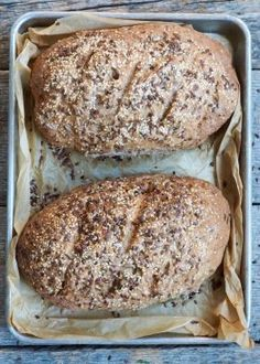Grovbrød med frø Bread Recipes, Baked Goods, Pesto, Bacon, Food And Drink, Muffins, Yummy Food, Cooking, Breakfast