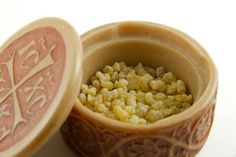 Frankincense oil, also called olibanum, is an essential oil that offers a number of health benefits. Frankincense oil has a number of uses and is used in a variety of ways. Benefits Of Frankincense Oil, Frankincense Essential Oil Uses, Frankincense Resin, Essential Oil For Hemorrhoids, Essential Oils For Gout, Essential Oil For Burns, Essential Oil Blends, Oil For Cough, Oils For Scars