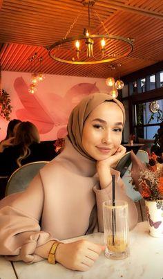 Casual Hijab Outfit, Hijab Chic, Street Hijab Fashion, Muslim Fashion, Muslim Girls Photos, Modesty Fashion, Hijab Fashion Inspiration, Winter Outfits Women, Fashion Poses