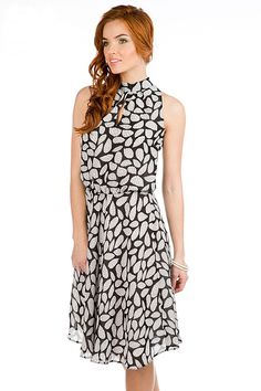 Платье с английской проймой. Интересный чёрно-белый принт. Вещь продаётся с возможностью бесплатной доставки — http://fas.st/kg6Bw4
