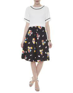 T-Shirt branca Egrey, saia mídi estampa floral em fundo preto Reinaldo Lourenço, sandália tiras com estampa listrada preta e branca Vicenza, bracelete dourado