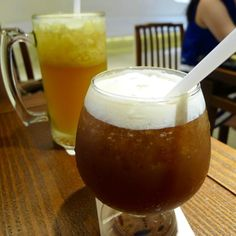 兩人都喝大杯冰茶。2 cups of #Taiwanese icy #tea #food #instagood #Taiwan