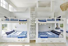 Beach house de estilo Hamptons en Amagansett, New York Bunk Bed Rooms, Bunk Beds Built In, Cool Bunk Beds, Kids Bunk Beds, Adult Bunk Beds, Loft Beds, Bunk Bed Designs, Coastal Bedrooms, Shared Bedrooms
