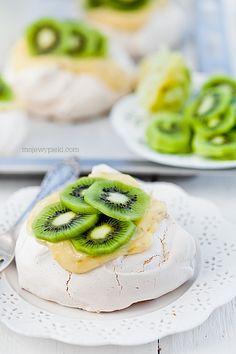 Spring mini pavlova with limes and kiwi #desery #lody #inteligentnystyl www.amica.com.pl