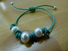 Pulsera con perlas cultivadas y cuero turquesa.