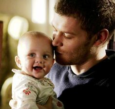 "The Originals – TV Série - Niklaus ""Klaus"" Mikaelson - Joseph Morgan - rei - King - lobo - Wolf - baby Hope Mikaelson - bebê - amor - love - daughter - filha - father - pai - dad - papai - - The Map Of Moments - Mapa Dos Momentos Esquecidos Vampire Diaries The Originals, The Originals 3, Klaus And Hope, Antique Quotes, Vampire Diaries Wallpaper, Happy Stories, Hope Mikaelson, Original Vampire, Joseph Morgan"