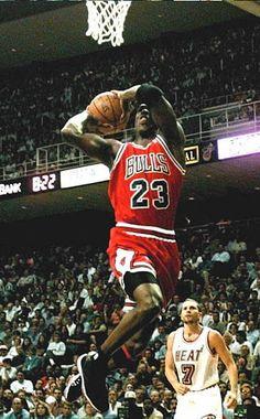 Arte Michael Jordan, Michael Jordan Photos, Chicago Bulls, Jordan Bulls, Jordan 23, Basketball Shirts, Basketball Legends, Miami Heat, Sport Inspiration