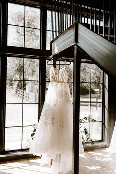 Tulsa, Oklahoma modern and edgy elopement. Black Barn, Tulsa Oklahoma, Ranch, Chelsea, Spain, Wedding Dresses, Modern, Photography, Fashion