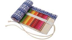 Cuando pensamos en un estuche para guardar los lapiceros siempre pensamos en una caja ajustable, normalmente metálica o de madera, o bien una pieza de tela con una cremallera. Pero para los muy artistas hay otra forma de guardar los lapiceros. Se trata de estuches enrollables para los lápices de colores. Puede ser un estupendo regalo para gente creativa. Si conoces a alguien que le encante el dibujo, o para acompañar el regalo de unos cuadernos de mandalas para colorear ahora que está tan de…