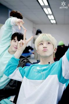 [18.04.16] Behind the scene from Music show promotions - EunWoo e JinJin