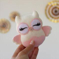 little dolls Free idea Felt Crafts Patterns, Felt Crafts Diy, Felt Diy, Sewing Crafts, Sewing Projects, Owl Patterns, Felt Owls, Felt Birds, Felt Banner