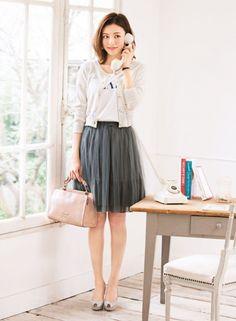 グレーのチュールスカートに、コンパクトなレースカーデを合わせてバランスよく!   ファッション コーディネート   with online on ウーマンエキサイト