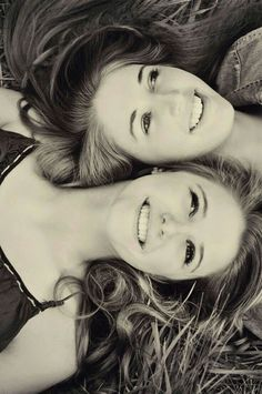 Sister picture poses, bff pics, sister photo shoots, pictures of girls, t. Sister Picture Poses, Cute Sister Pictures, Sister Poses, Best Friend Pictures, Bff Pictures, Twin Senior Pictures, Friend Senior Pictures, Sister Sister, Sibling Poses