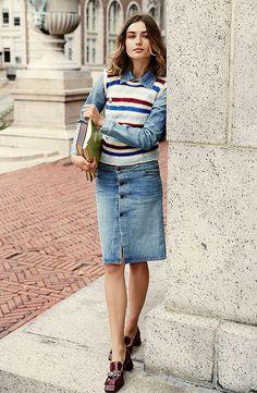 Street style look camisa jeans, colete de tricot, saia jeans botões e sapato burgundy.