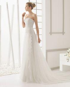 Kleid aus Strass besetzter Chantilly-Spitze und Seidenorganza, naturfarben. Kleid aus Strass besetzter Chantilly-Spitze und Seidenorganza mit glattem Saum, naturfarben.