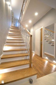 Wystrój wnętrz - Schody - styl Nowoczesny. Projekty i aranżacje najlepszych designerów. Prawdziwe inspiracje dla każdego, dla kogo liczy się dobry gust i nieprzeciętne rozwiązania w nowoczesnym projektowaniu i dekorowaniu wnętrz. Obejrzyj zdjęcia! Stair Railing Design, Modern Stairs, Luxury Living, My Dream Home, Flooring, Living Room, Home Decor, Staircases, Space