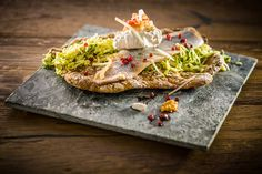 Kräuter-Matjes auf mariniertem Spitzkohlsalat, Pfefferschmand und knackigem Schüttelbrot