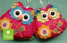 Maribel é uma corujinha, fofa e muito alegre. Confeccionada manualmente em feltro anti-alérgico, tecido e aviamentos, cada Maribel é única e original. Desperta o lado lúdico em crianças de todas as idades, pode ser um presentinho carinhoso ou um item decorativo, para pendurar onde quiser!  Opção 1: Com lacinhos amarelos e flores azuis para os olhos Opção 2: Com lacinhos azuis e flores verdes para os olhos  Dimensão: aprox. 12 cm X 13 cm   Copyrigth © 2011 Alessandra Mattos R$57,00