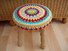 Sessão IDÉIAS: Você faz crochet? olha que ideia bacana para modernizar um banquinho!