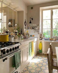 """Fabienne Nomibis on Instagram: """"J'ai même nettoyé derrière le radiateur. 🤓 Si tu penses que j'ai oublié quelque chose, tiens-moi avertie. 🧼🧽🧴👋🏼 #homeistheplacetobe…"""" Home And Living, Kitchen Island, Home Goods, Instagram, Home Decor, Nice Houses, Quelque Chose, Interior Ideas, Tables"""