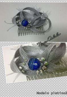 Tocado pequeño con pluma de avestruz, sinamay en plata y piedras en plata y azulón