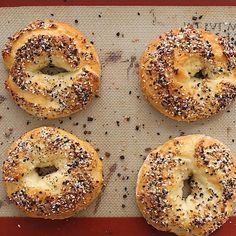 Healthy Crock Pots 72742 Easy no-yeast bagel recipe! Just 5 ingredients! Ww Recipes, Baking Recipes, Vegetarian Recipes, Healthy Recipes, Recipes With Yeast, 5 Ingredient Recipes, No Yeast Bagel Recipe, Low Calorie Bagel Recipe, Breakfast