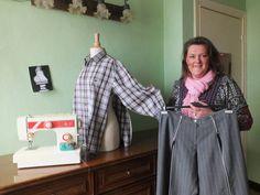 Claudia De Schuyter herwerkt een hemd zodat het zijdelings opengaat en plaatst ritssluitingen vooraan in broekspijpen.-Foto Anthony Statius