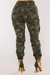 Tips For Understanding Women's Fashion Without You Hesitating! Army Pants Outfit, Camo Pants, Camo Outfits, Grunge Outfits, Military Outfits, Camouflage Pants Women, Cute Red Dresses, Camo Fashion, Sporty Fashion