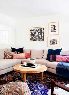 Красочный дизайн комнаты с журнальным столиком из светлого дерева