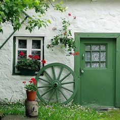 Green door, matching wagon wheel.