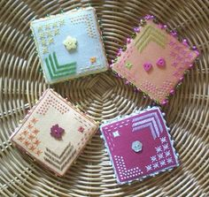 free chart pin keep Simple Cross Stitch, Needle Book, Le Point, Pin Cushions, Needlepoint, Cross Stitch Patterns, Free Charts, Doodles, Voici