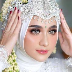We love all the details from this Sundanese bride look! Kebaya Wedding, Muslimah Wedding Dress, Muslim Wedding Dresses, Wedding Hijab, Wedding Poses, Wedding Bride, Wedding Day, Bridal Hijab, Wedding Make Up