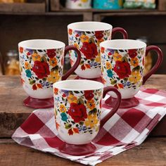 The Pioneer Woman 4 Piece Timeless Floral Latte Mug Set: 18 oz mugs Dishwasher safe Floral mug set is dishwasher and microwave safe Features a design with a rich color palette and red handles Ideal for serving coffee and other hot beverages Pioneer Woman Dishes, Pioneer Woman Kitchen, Pioneer Woman Recipes, Pioneer Women, Chicken Kitchen Decor, Retro Vintage, Latte Mugs, Dish Sets, Mugs Set