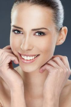 Remedies For Flawless Skin 8 Simple And Quick Home Remedies For Fair Skin - Everyone wants to flaunt fair and flawless skin. If you too want fair and glowing skin, it is best to opt for safe home remedies. Given here are few to help you Tips For Oily Skin, Skin Tips, Skin Care Tips, Beauty Care, Beauty Skin, Health And Beauty, Sally Hansen, Beauty Secrets, Beauty Hacks