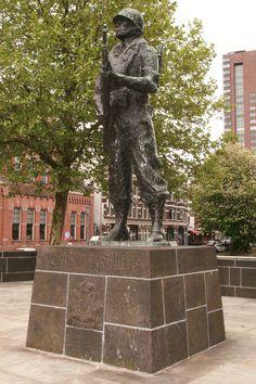 De Marinier - Oostplein Rotterdam Het Mariniersmonument is een oorlogsmonument herdenkt en dankt de mariniers die in de meidagen van 1940 hard voor de stad hebben gestreden. Het bronzen beeld is gemaakt door Titus Leeser en werd op 5 juli 1963 door Prins Bernhard onthuld. Foto: G.J. Koppenaal, 2/5/2014