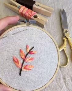 Diy Embroidery Designs, Hand Embroidery Patterns Flowers, Hand Embroidery Videos, Embroidery Stitches Tutorial, Embroidery Flowers Pattern, Creative Embroidery, Embroidery Hoop Art, Beginner Embroidery, Crewel Embroidery
