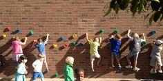 kleuter-actie met grepen laag op muur gemonteerd : zijdelings klimmen...